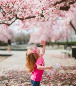 Alimenty za okres przeszły - dziewczynka na tle drzew