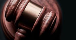 Jak zachować się w Sądzie - młotek sędziowski