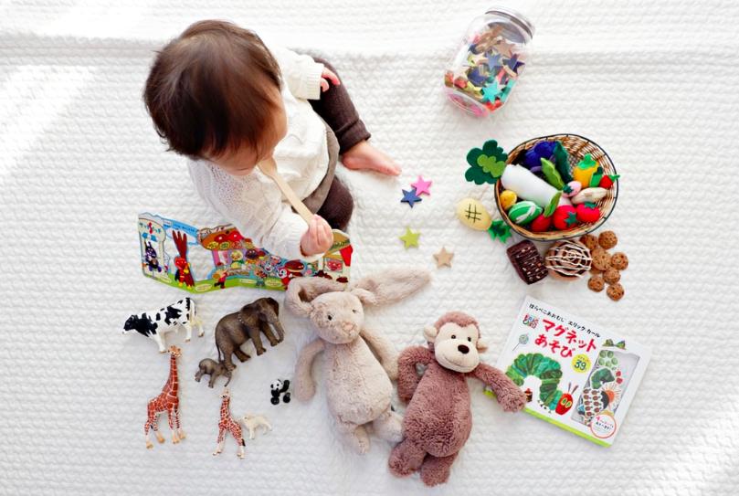 Bawiące się dziecko - otrzyma mniejsze alimenty z powodu koronawirusa